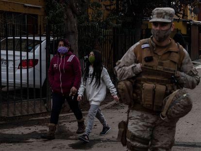 Un soldado chileno custodia un puesto de control durante la cuarentena que rige en Santiago, el 16 de junio.