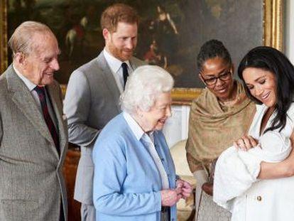 Los duques de Sussex anuncian el nombre del bebé justo después de que la reina Isabel conociera a su octavo nieto. El pequeño no llevará ningún título