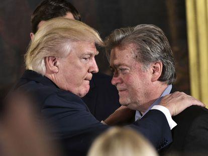 Fotografía de archivo de 2017 de Donald Trump con Steve Bannon.