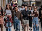 DVD 1059 (26-06-21) Un grupo de jovenes caminando sin mascarilla por la Gran Via, Madrid.  Foto: Olmo Calvo