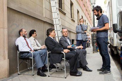 Alberto Rodríguez da instrucciones a Eduard Fernández y José Coronado en el rodaje. Detrás, de pie, el productor José Antonio Félez.