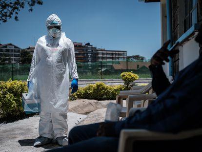 Un trabajador médico ofrece a una persona realizarse las pruebas del coronavirus en Kenia.