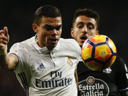 Pepe se lleva el balón ante Mato, del Dépor.