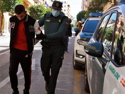 Traslado al Juzgado de Ontinyent (Valencia) de uno de los detenidos por la violación grupal a una menor de 14 años, el 3 de octubre.