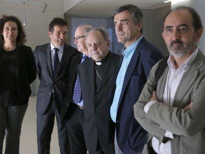 El obispo Uriarte, en el centro, junto a Jonan Fernández y el profesor Daniel Innerarity (en primer plano), entre otros intervinientes en unas jornadas sobre autocrítica celebradas en San Sebastián.