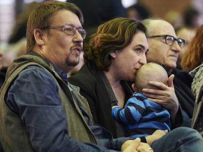 La alcaldesa de Barcelona, Ada Colau, con su bebé en brazos, y el cabeza de lista de los comunes, Xavier Domènech, a su izquierda, durante la asamblea de Catalunya en Comú.