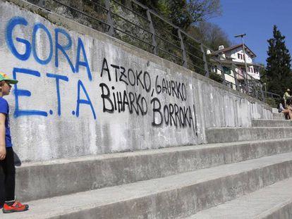 Pintadas de apoyo a ETA, en el barrio de Rezola de San Sebastian.
