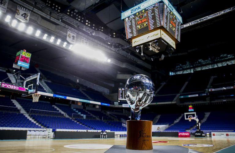 Imagen del WiZink Center de Madrid con el trofeo de la Liga en primer término