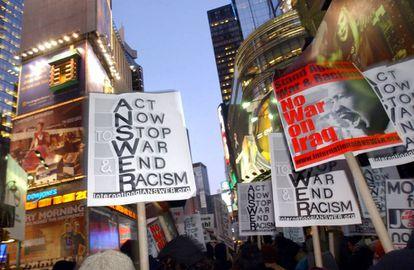 Varios carteles contra en la guerra de Irak y el racismo portados por manifestantes concentrados en Times Square (Nueva York), en febrero de 2003.