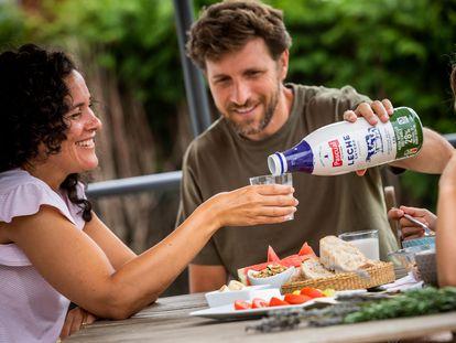 Las nuevas botellas de leche estarán disponibles para la gama clásica (leche Entera, Desnatada y Semidesnatada), y tendrán un tamaño de 1,5 litros.