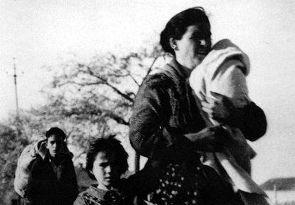 Una familia huyendo de los combates en Madrid durante la Guerra Civil.