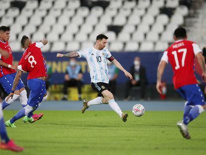 Messi chuta el balón, durante el partido contra Chile en la Copa América.