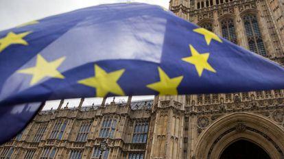 Una bandera europea ante el Parlamento en Londres.