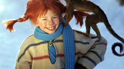 Inger Nilsson, la actriz que encarnó a Pippi Lansgtrump, en un fotograma de la célebre serie con el mono Señor Nelson.