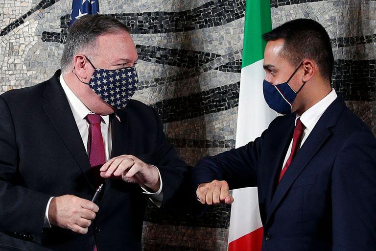 El secretario de Estado de EE UU, Mike Pompeo, se saluda con el ministro de Exteriores italiano, Luigi Di Maio, este miércoles, en Roma.