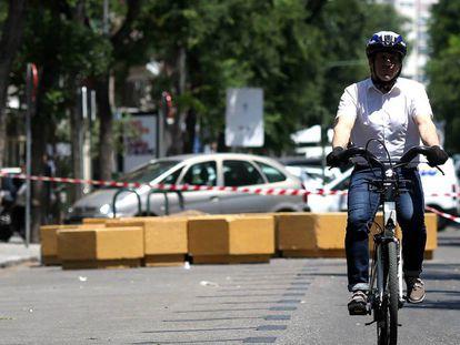 Un ciclista en el tramo peatonal de la calle Galileo
