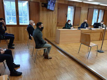 El médico y el proxeneta acusados por un aborto practicado a una víctima de la Carioca, durante el juicio.