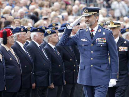 El rey Felipe VI pasa revista a un grupo de militares retirados en julio de 2019.