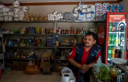 Jorge Sánchez trabaja en su negocio de abarrotes en la comunidad de Zangarro, Guanajuato.