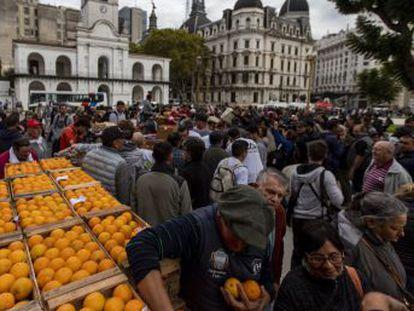 Un  jueves negro  de la economía deja muy débil al presidente y aumenta las posibilidades de un retorno de Cristina Fernández