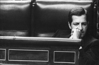 El presidente Adolfo Suárez, con gesto pensativo, solo, en el banco azul del Congreso de los Diputados.