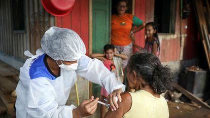 Una mujer recibe la primera dosis de la vacuna de AstraZeneca, en Manacapuru (Brasil), el 1 de febrero.