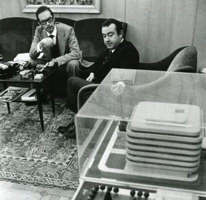 Cruz Martínez Esteruelas, entonces director de la Fundación, enseña a un periodista en 1973, la maqueta del nuevo edificio de la Calle Castelló.
