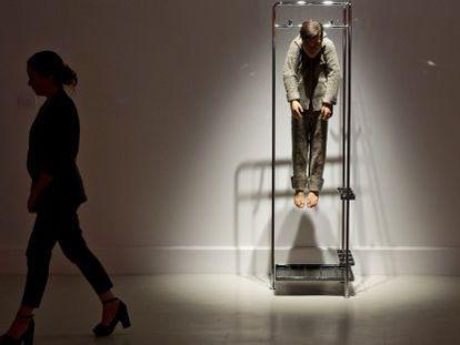 La obra 'La revolucion somos nosotros', de Maurizio Cattelan, en Málaga.