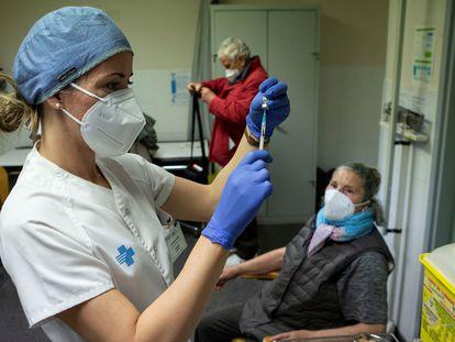 Una enfermera se dispone a inyectar una dosis de Pfizer en Barcelona, el 3 de marzo.