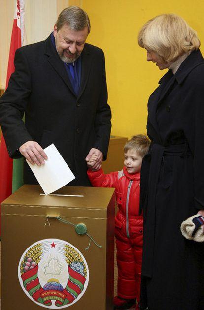 El candidato, Andrey Sannikov, de la oposición vota junto a su familia.