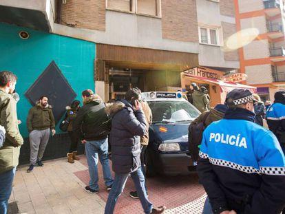 Efectivos policiales junto a la vivienda de los tres jugadores de la Arandina Club de Fútbol.