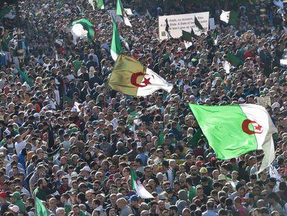 Miles de argelinos se manifiestan este viernes en Argel.