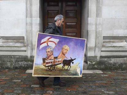 El artista Kaya Mar sostiene una de sus obras inspirada en el 'Brexit'.