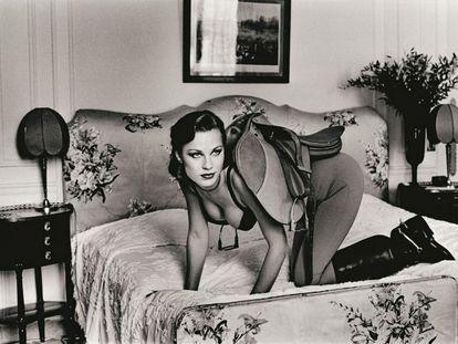 Helmut Newton, 'Silla para montar I', de la serie 'Noches de insomnio'. París 1976.