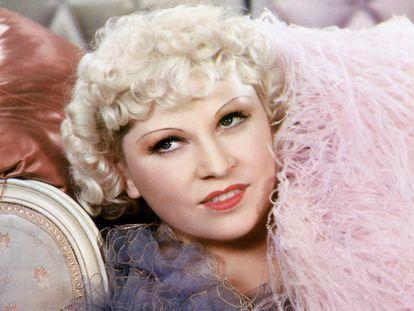 Retrato coloreado Mae West con su habitual boa de plumas alrededor del cuello. No existe una fecha de la imagen. Solo había un tabú para West, y ese eran las fechas.