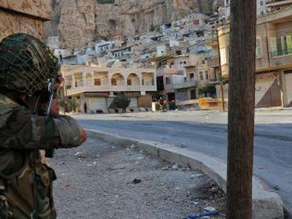 Un soldado del Ejército sirio durante los combates en Malula.