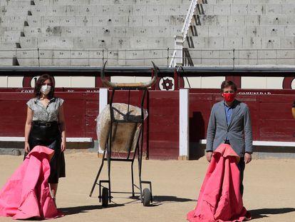 La presidenta de la Comunidad de Madrid, Isabel Díaz Ayuso, y el alcalde de Madrid, José Luis Martínez-Almeida, en un acto para la protección de la tauromaquia como patrimonio cultural en la plaza de Las Ventas, en agosto.