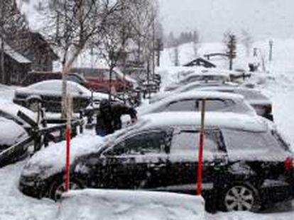 Las intensas precipitaciones de nieve registradas en el Pirineo dificultan el tráfico en varios puertos de montaña de la red viaria de la provincia de Huesca, donde es necesario el uso de cadenas para circular, entre ellos el acceso a a la estación de esquí de fondo de Los Llanos del Hospital, en Benasque, donde están hechas las imágenes el viernes 28 de febrero de 2014.