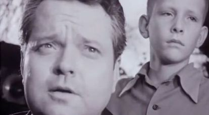 Orson Wells y el niño Chris Wertenbaker, en un fotograma del documental de 1955.