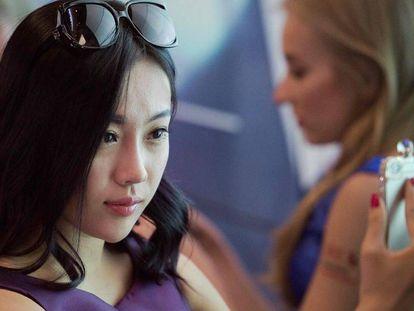Una usuaria china hace un 'selfie' con su 'smartphone'.