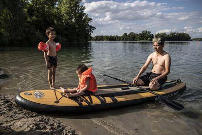 Ismael Yussefi y sus hijos, en el lago Silbersee en Frankenthal.