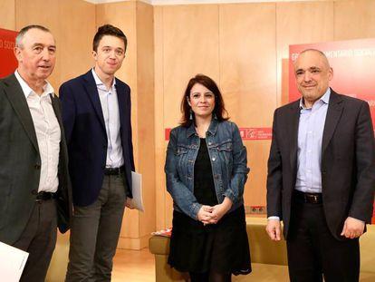 Los diputados de Más País y Compromís, Íñigo Errejón y Joan Baldoví, con los dirigentes socialistas, Adriana Lastra y Rafael Simancas.
