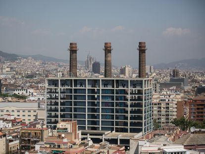Edificios de las antiguas oficinas de Fecsa Endesa en los jardines de les Tres Xemeneies de Barcelona, en el barrio del Poble Sec.