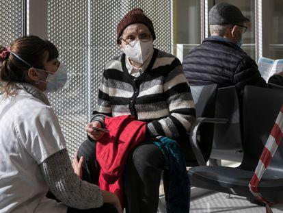 Una mujer espera para vacunarse en un centro de salud de Barcelona, el 23 de febrero.