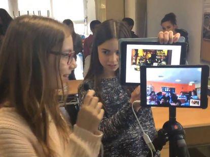 Dos estudiantes de Barcelona hacen una videoconferencia con alumnos de Dubai.