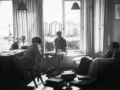 E. M. Forster, Benjamin Britten y Eric Crozier, trabajando en el libreto de 'Billy Bud'.