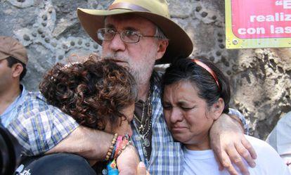 Sicilia abraza a familiares de víctimas en el primer aniversario del asesinato de su hijo.