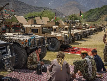 Hombres armados que apoyan a las fuerzas afganas, junto a sus vehículos en Bazarak, en la provincia de Panshir, este jueves.