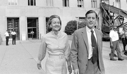 Ben Bradlee abandona los tribunales junto a Katharine Graham durante la pugna por los 'Papeles del Pentágono'.