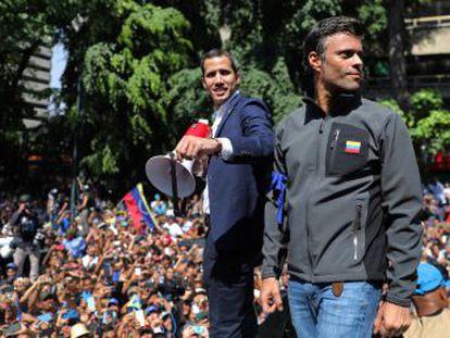 Las marchas derivan en duros enfrentamientos entre chavistas y opositores en Caracas. El exalcalde solicita refugio en la Embajada de Chile